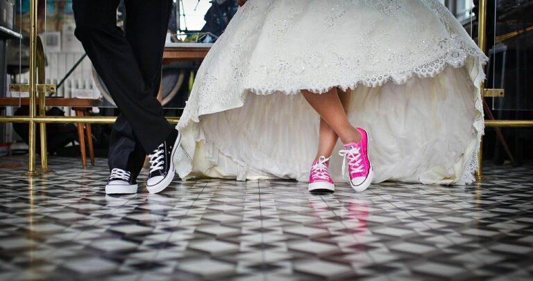 Hochzeitspaar in Turnschuhe